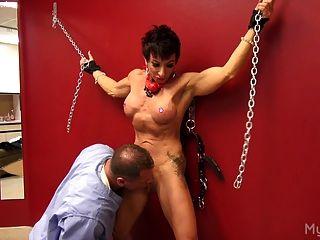 Muskel Frau bekommt mit ihrer Klitoris gespielt