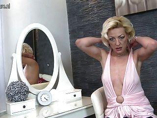 reife Blondine mit ihrer nassen Pussy spielen Mutter