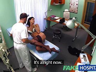 fakehospital Arzt stellt sicher, dass Patienten gut kontrolliert über