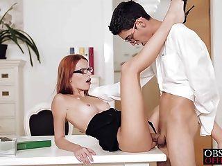 sexy Susana ist über ihren Schreibtisch gebeugt