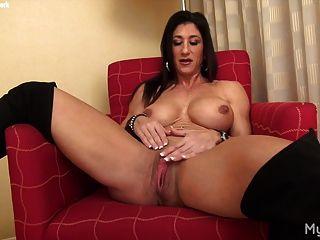 nackte weibliche Muskel spielt mit ihren großen Kitzler