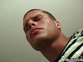 er findet seine Freundin Mutter Inlaw Masturbieren
