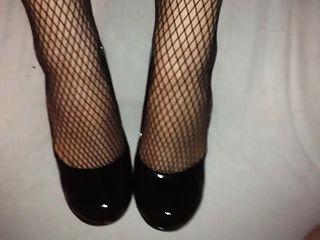 shoejob und Sperma auf ihren schwarzen High Heels und Netzstrümpfen