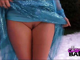 Cosplay Babes vollbusige Königin elsa abspritzt im Schnee