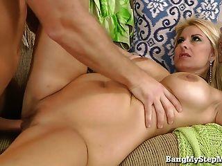 hot blonde betrügt Ehemann mit ihrem Stiefsohn!