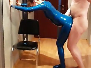 Doggystyle Sex mit meiner Frau in blauen Latex-Catsuit