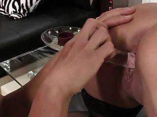 zwei heiße interracial Lesben spielen mit Sex-Spielzeug und Strapon