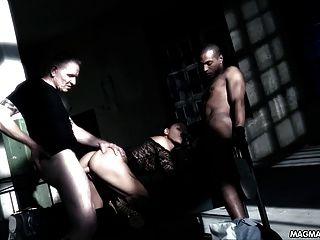 Magma Film hot Deutsch Schlampe von zwei Jungs in einem Keller gefickt