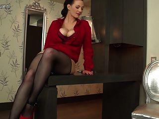 sexy behaarten Hausfrau mit großen Titten