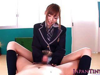 petite japanische Schülerin pov wichst und saugt einen Hahn