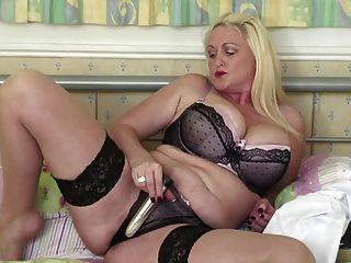 vollbusige Mutter mit kleinen hungrig Vagina reifen
