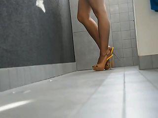 lange Beine in High Heels und Strumpfhosen