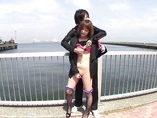 Teasing japanische MILF haarige Klitoris vibrierte