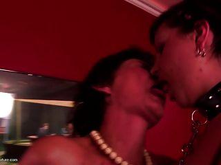verworrene Oma bekommt junge Fleisch in privaten Club