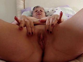 echte Oma mit großen Titten auf hungrige Muschi