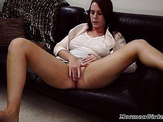 Brünette mormonische Mädchen spielt mit ihrer Pussy