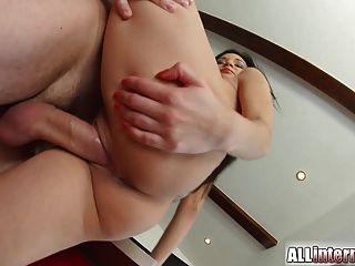 Allinternal sexy Babe tropft Sperma aus ihrer Muschi
