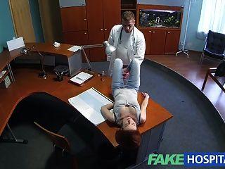 fakehospital petite Rothaarige sexuellen Fähigkeiten macht Arzt cum