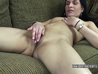 exotische Milf naomi Schah mit ihrer süßen Pussy spielt