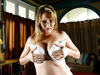 amerikanische Mutter mit schönen Titten und Pussy