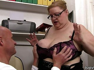 doggystyling großen titted Sekretärin auf der Treppe