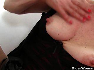 britische Milf diana spielt mit ihren Brustwarzen und Pussy
