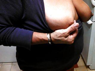 meine große dunkle Brustwarzen kneifen