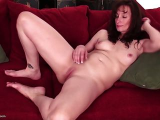Heiße reife busty Mutter mit hungriger Pussy