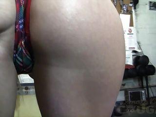 Reife Claire masturbiert in der Turnhalle