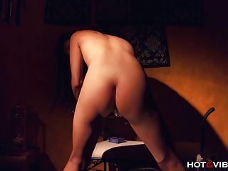 Geschwungenes asiatisches Luder wird gefressen und zum Spritzen gefingert