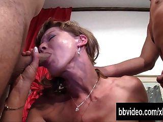Blonde Babe nimmt zwei Schwänze