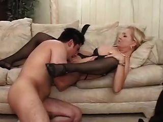 Sexy blonde Oma in geschnürten Strümpfen fickt y