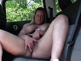 Heiße Blondine Masterbating Auto