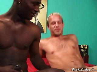 Weißer Kerl saugt schwarzen Schwanz