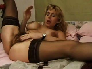 Behaarte Milf masturbiert mit ihrem Dildo