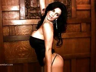 Denise Milani in einem schwarzen Kleid nicht nackt
