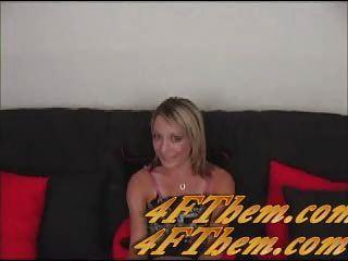 Amy Brooke isst eine Ladung Sperma aus Glas Couchtisch von 4fthem.com