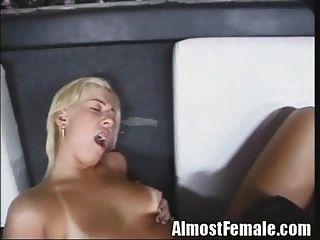 sexy shemale fickt Kerl und Mädchen in bar
