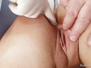 Blonde Klara bekommen Pussy Gyno von alten Arzt untersucht