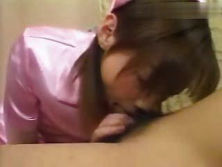 asiatisches Mädchen in Uniform gibt Kopf