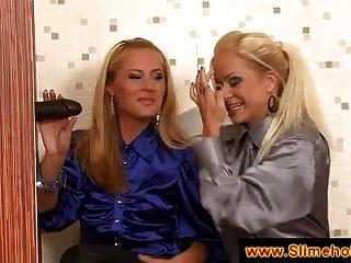zwei blonde Damen entdecken einen schwarzen Schwanz