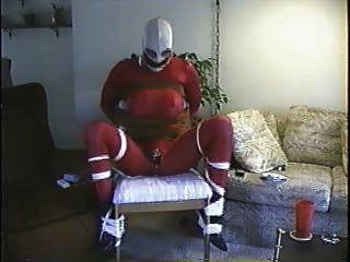 gebunden auf einem Stuhl