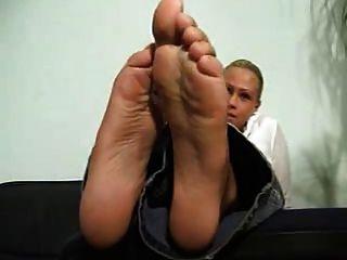 Blondine zeigt ihre sexy Sohlen