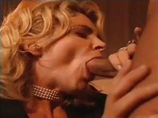 italienische milf bläst Hahn für Gesichtsbehandlung