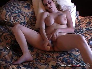busty milf benutzt Sexspielzeug in durchbohrten nassen Pussy