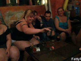Fett Mädchen Streifen und saugen Hahn