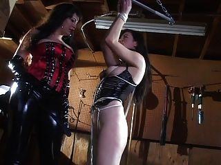 Herrin in Latex neckt ihre Sklavin