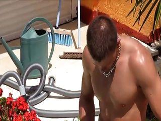 französische junge Männer am Pool