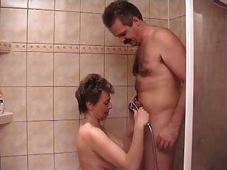 Sexy reife Frau in der Dusche