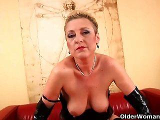 Kinky Oma in Strümpfen fickt einen Dildo